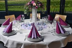 Wedding table decoration in 28 ideas for the round table Wedding Decorations, Table Decorations, Center Table, Deco Table, Wedding Table, Wedding Planning, Wedding Ideas, Table Settings, Pink