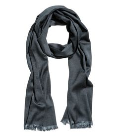 Black. Scarf in a herringbone-patterned weave with fringes on the short sides. Size 50x180 cm.