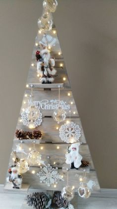 Pallet Wood Christmas Tree, Wooden Christmas Crafts, Wooden Christmas Tree Decorations, Creative Christmas Trees, Christmas Diy, Alternative Christmas Tree, Creation Deco, Diy Christmas Decorations, Christmas Crafts