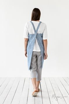 Lightweight stone washed kitchen apron for creative experiments in the kitchen. With double ties on the back and two deep pockets to store those little kitchen gadgets. Criss Cross, Waiter Uniform, Apron Pattern Free, Unisex Looks, Japanese Apron, Bib Apron, Aprons, Pinafore Apron, The Pure