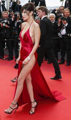 Bella Hadid a Cannes 2016 rompe ogni schema. Senza biancheria sul red capet