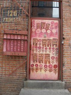 Voordeuren | Beschilderde deur met huizen en bloemen. Door Ietje