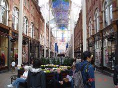 리즈의 쇼핑센터는 아름답기로 유명하답니다.