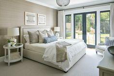 pavimento in parquet chiaro, tappeto bianco, letto, poltrona e ...