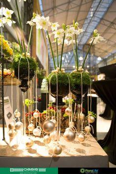 Navidad - musgo-esfera con flores en vidrio en el pie con bolas altas: