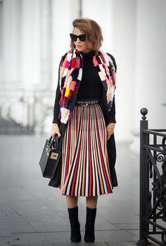 Nuestro look del día - elegante y divertido; Combinamos prendas clásicas de color negro con una falda plisada de rayas de colores y una bufanda a juego, refrescando el look ... queda genial!