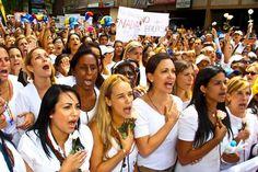 Foto histórica: Mujeres valientes luchando por el sueño de millones de venezolanos ¡Libertad! pic.twitter.com/W7CnLDZAhb