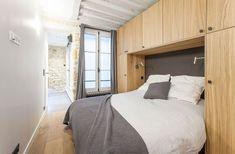 Un lit avec un pont de rangements optimise l'espace dans la chambre