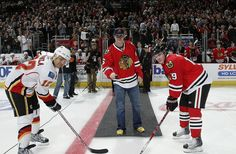 Jay Cutler of the Chicago Bears (NFL) dropped the ceremonial first puck on April 2009 ♥♥ Chicago Blackhawks, Chicago Bears, Fort Wayne Komets, Jay Cutler, Nhl News, Football Baby, National Hockey League, Home Team, Hockey Players