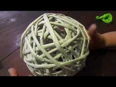Tutorial: Palline di Natale shabby con lana (Christmas wool balls) [eng-sub] Xmas Crafts, Diy Crafts, Newspaper Crafts, Weaving Patterns, Simple Christmas, Christmas Tree Ornaments, Apple Cider, Paper Flowers, Paper Art