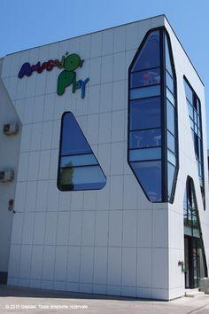 fatada ventilata realizata cu Placi HPL cu finisaj decor Abet Laminati #Geplast Proiect: Ambasad'or Play -loc de joaca pentru copii