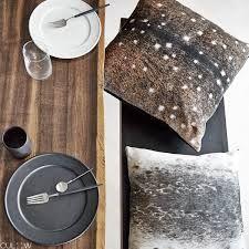 Assiettes Balder en porcelaine et poterie noir et blanche plusieurs dimensions, coussins empreintes peau de phoque et peau de cerf très original
