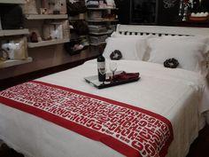 Ser creativa usa tu camino de mesa a los pies de la cama - espectacular - www.homelinengt.com