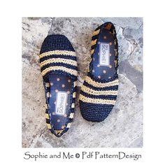 Raffia Black & Tan Slipper- Espadrilles. Crochet pattern. Flip Flop Slippers, Knitted Slippers, Crochet Shoes, Thread Crochet, Boho Chic, How To Look Better, Crochet Patterns, Street Wear
