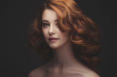 a portrait of a new face redhead pretty girl / portrait studio d'une jolie rousse