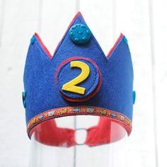 Königlich Geburtstag feiern! Eine wunderschöne Krone für das Geburtstagskind. Die Kronen sind aus einem festen Filz, welches durch ein Vlieseline noch verstärkt wurde und innen wurde ein Kuschelfleece gegen genäht das die Krone angenehm sitzt. Jede Krone ist aufwendig verziert mit Knöpfen, Steinchen, Borten oder PomPoms. Jede Krone ist ein Unikat. Die Ziffer ist austauschbar. Diese wird ganz einfach mit Klettverschluss befestigt. So hat man viele Jahre was von der Krone und sie kann dann…