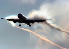 """A pilot of a commercial airliner made a mistake that PROVES the existence of """"CHEMTRAILS"""" — by forgetting to turn them off before he landed!..."""