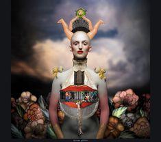 """Procedente de Suiza, Alex Gertschen y Felix Meier crean mundos imaginativos, surrealistas. Es su decisión consciente para construir escenarios en términos reales y no en las pantallas de ordenador. Gracias a los fondos realistas, sus fotos nunca dan la impresión de ser artificial, pero en cambio se ven vibrante y juguetón. En su trabajo más reciente, """"Thirteen Queens"""", un universo está presidida por las reinas fantásticos."""