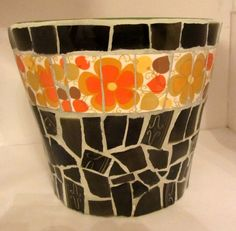 Plant pot with vintage dishes detail... Nice idea for a little mosaic gift