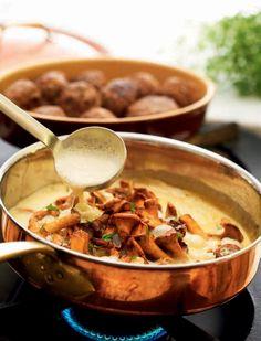 Köttbullar med kantarellsås. Två svenska nationalklenoder i en gryta. Blir extra lyxigt – och gott – med egenplockade kantareller. Servera gärna med mandelpotatismos.