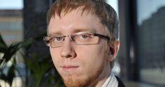 """Perussuomalainen kansanedustaja ja perustuslakivaliokunnan jäsen Simon Jakob Benjamin Elo vaati Radio Helsingin haastattelussa kovia otteita kansallismielisiä eli """"fasistisia"""" järjestöjä vastaan."""