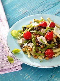 Italienischer Spargel-Salat -  Ein bunter Salat mit Makkaroni, grünem Spargel und Kirschtomaten