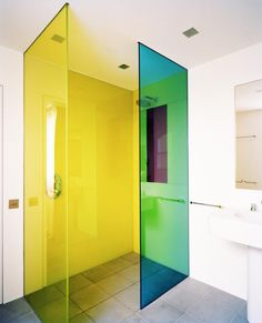 Duschtrennwand aus VSG mit farbigen Folien, warum nicht mal Farbe im Bad?