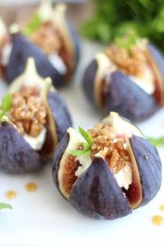 Zartschmelzender Ziegenkäse, ein paar karamellisierte Walnüsse und etwas frisc… Tenderly melting goat cheese, a few caramelized walnuts and a little fresh mint bring out the aroma of the figs particularly well. A delicious late summer combination! Brunch Recipes, Appetizer Recipes, Simple Appetizers, Seafood Appetizers, Cheese Appetizers, Party Appetizers, Caramelized Walnuts, Roasted Walnuts, Good Food