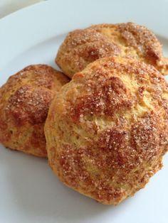Boller uden mel! En gang imellem har jeg bare virkelig meget lyst til en bolle med smør. Men, jeg HAR efterhånden fattet, at det er no go for mig. Og det er en særdeles brugbar personlig erfaring at have. Ofte sidd... Easy Healthy Recipes, Low Carb Recipes, Cooking Cookies, Vegan Bread, Different Recipes, I Love Food, Finger Foods, Tapas, Food And Drink
