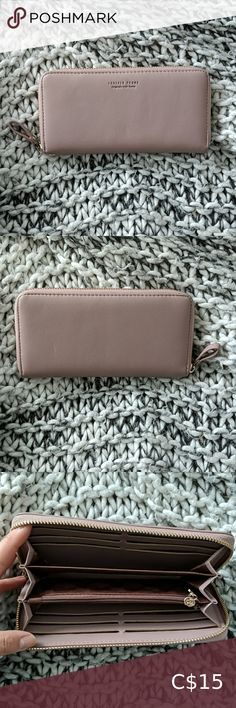 3 for $30 | Pink Alessandra Forever Young Wallet This cute wallet is perfect for fitting all your cards, cash, coins, receipts, and more 💃🏻 4 x 7.5 inches PRE-LOVED - the pink is a little darker now and a little worn around the corners, but otherwise in good condition 🌿 Feel free to make an offer ☺️ ♻️ I reuse/recycle wrappings and packaging as much as possible ♻️ Forever Young Bags Wallets Grey Maxi Skirts, Cute Wallets, Coin Card, Reuse Recycle, Plus Fashion, Fashion Tips, Fashion Trends, Forever Young, Black Faux Leather