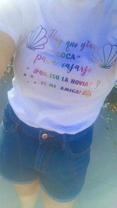 Preciosa camiseta con vinilo holografico de arcoíris! Sims 4, T Shirts For Women, Bachelor Parties, Girlfriends