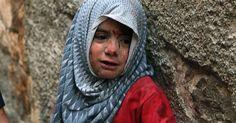 """Menina fica ferida após ataques aéreos feitos no distrito de Bab al-Hadid, em Aleppo, Síria. Segundo as Nações Unidas, a situação entre as crianças é mais grave para as meninas. Muitas delas são empurradas para casamentos forçados como forma de """"ajudar suas famílias"""". Fotografia: Mahmoud Hebbo / Reuters."""
