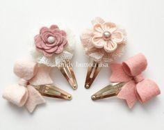Artículos similares a Rosa broche gris * Baby Girl broche * broche recién * venda recién * flor Hairclip * broche tul * cinta para la cabeza del bebé * Clip del cordón en Etsy