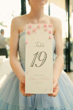 table number with little paper flowers http://weddingwonderland.it/2015/06/fiori-di-carta-matrimonio.html