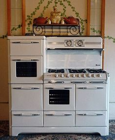 60 O'Keefe & Merritt - King of stoves. OMG I would so love this!! This would be awesome in my dream log home!!