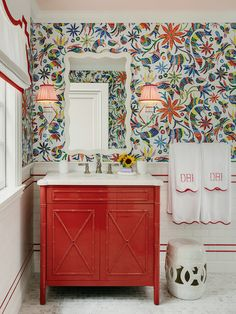 What Looks Like Wallpaper in This Bathroom Is Actually Tile Nest Design, House Design, Japanese Inspired Bedroom, Mediterranean Kitchen, Shared Bathroom, Quirky Bathroom, Smart Design, Beautiful Bathrooms, Modern Bathrooms