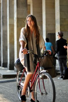 Fashion Week and Street Style Diary by Onin Lorente) Bicycle Women, Bicycle Girl, Cycling Girls, Women's Cycling, Cycling Jerseys, Female Cyclist, Cycle Chic, Bike Style, Bicycle Design