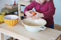 Warum Kleinkinder Küchenaufgaben so anziehend finden