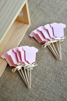 I nostri coriandoli Momma Onesie Cupcake rosa Picks sono perfetti per aggiungere un piccolo talento per il vostro bambino doccia. Si farà il tuo fatto in casa o memorizzare comprato cupcakes sguardo come 1 milione di dollari. E non abbiate paura di attaccarli in altri alimenti casuale. Sono muffin di pensiero, brownies e se ti senti pazzo bastone in una bistecca. Perché no? Questi Cupcake Toppers sono stati progettati utilizzando la luce rosa onesies e impreziositi da fiocchi di nastro di…