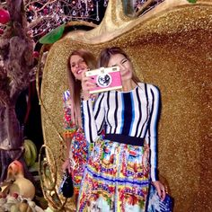 Having fun with @anna_dello_russo at @dolcegabbana show!  | Muito querida e brincalhona @anna_dello_russo viu?! #ootd #dolceandgabbana #thassiaMFW #MFW #thassiastyle by thassianaves