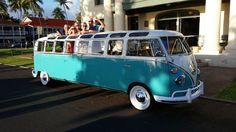 Voici la Westfalia Stretch Microbus de 1965 qui circule présentement à Hawaï. Cette drôle de limousine est parfaite pour un mariage, un événement spécial ou simplement pour épater les gens. J'avoue que si j'étais dans un groupe de musique, cette Westfalia serait assurément mon music tour bus. Elle a 33 fenêtres et peut accueillir 12 …