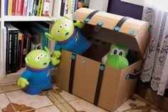 Com este baú de caixa de papelão o quarto de seus filhos ficará lindo