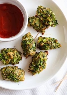 Broccoli and Cheese Tots - 13 grams of protein in 4 - good snack. Via Skinnytaste Side Dish Recipes, Veggie Recipes, Appetizer Recipes, Vegetarian Recipes, Side Dishes, Cooking Recipes, Healthy Recipes, Snack Recipes, Appetizers
