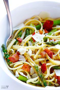 Pates au bacon, asperges. on fait revenir le bacon et les asperges fraiches dans l'huile d'olive, et on rajoute un peu de vin blanc, que l'on fait réduire. On verse la sauce sur les spaghettis, et on ajoute du parmesan rapé....