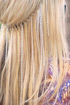 Haz tu propia diadema hippie usando nada más que cadenas de metal y una diadema elástica con peineta transparente.   19 Formas creativas de hacer tus propios accesorios para el pelo