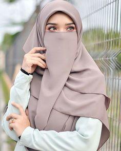Pin Image by Lifestyle Kusmia Hijab Niqab, Muslim Hijab, Hijab Chic, Arab Girls Hijab, Muslim Girls, Niqab Fashion, Muslim Fashion, Fashion Muslimah, Beautiful Muslim Women