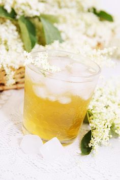 Lav en ordentlig balje med hyldeblomstsaft så I har til hele sommeren. Se her, hvordan du lavaer din egen liflige og læskende hyldeblomstdrik ...