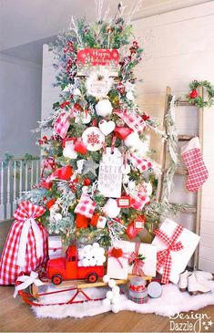 My 5th year decorating a Christmas tree for the Dream Tree Challenge. Michaels Makers dream trees are fab! My theme is Mrs Claus cottage Christmas tree. MichaelsMakers