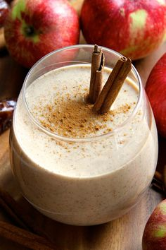 This comforting fall-inspired caramel apple overnight oatmeal smoothie is smooth, creamy, and sure to keep you satisfied for hours! || runningwithspoons.com #vegan #smoothie #breakfast