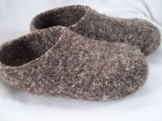Pilgrim Purse ~ and Poetry: Knit Felt Slippers for Adults free pattern. I love the look of these slippers. Looks like a challenging pattern. Felted Slippers Pattern, Mittens Pattern, Knitted Slippers, Clog Slippers, Crochet Socks, Knit Or Crochet, Knitting Socks, Knit Socks, Crochet Baby